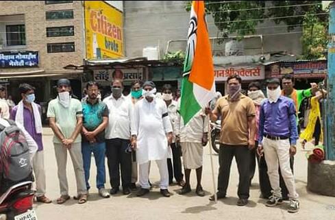 भाजपा सरकार के 100 दिन पूरे होने पर कांग्रेस ने काला दिवस मनाया.... पेटलावद। प्रदेश मे भाजपा सरकार के 100  दिन पूरे होने पर कांग्रेस ने  काला दिन मनाकर विरोध प्रदर्शन किया। इस दौरान क्षेत्रीय विधायक वालसिंह मेडा के नेतृत्व में स्थानीय पुराना बस स्टैंड पर कांग्रेस कार्यकर्ताओं ने धरना प्रदर्शन करते हुए नारेबाजी भी की। विधायक मैडा ने कहा कि भाजपा की नीति रीति में खोट है, भाजपा ने लोकतंत्र की हत्या करके 22 विधायक को खरीदकर प्रदेश में जनता द्वारा चुनी गई कांग्रेस की कमलनाथ सरकार को गिरा दिया और धोखे से अपनी सरकार बना ली जो सीधे जनता के साथ भी धोखा किया है इसलिए आज भाजपा सरकार के 100 दिन पूरे होने पर इसे काला दिवस के रूप में मनाया जा रहा है। ओर भी कई प्रकार के आरोप विधायक ने वर्तमान की भाजपा सरकार पर लगाये। इस अवसर पर ब्लॉक कांग्रेस अध्यक्ष नरेंद्रपाल सिंह, शहर कांग्रेस अध्यक्ष जीवन ठाकुर, विधानसभा युवा कांग्रेस अध्यक्ष विक्रम मेडा , दिनेश मेडा , मन्नालाल हामड, जावेद लोधी , कयूम शेख, बाबू काग, बरकत मंसूरी ,विक्रम चावड़ा, नाना गोयल, बबलू राठौड़, कांग्रेस मीडिया प्रभारी चंदू राठौड़ सहित सेंकडो कांग्रेसी कार्यकर्ता उपस्थित थे।।