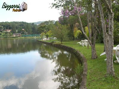 Construção de lagos com muros de pedra rústica e a execução do paisagismo.