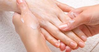 Prennez soin de vos mains pour préserver leur jaunesse