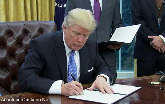 Donald Trump firmando orden ejecutiva