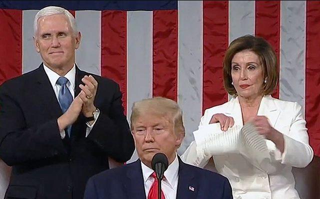 Jabat tangan Nancy pelosi ditolak Donald Trump - TwitterSpeakerPelosi