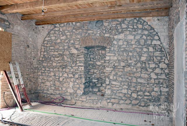 Kövekkel kirakott fal bemélyesztett fülkével. Az eredeti boltozat vonala érzékelhető a falon.