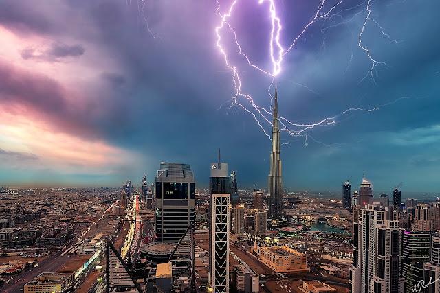 """Мълния удари най-високата сграда в света """"Бурж Халифа"""" в Дубай (ВИДЕО+СНИМКИ)"""