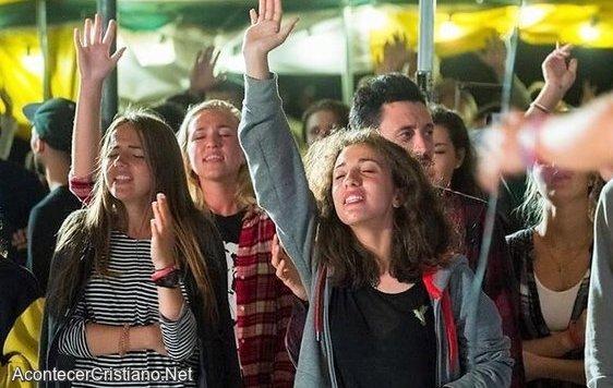 Jóvenes aceptan a Cristo