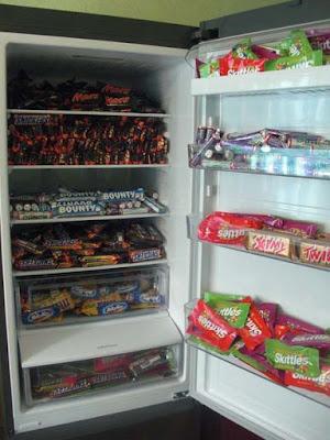 Kühlschrank voller Schokolade und Süßigkeiten lustig