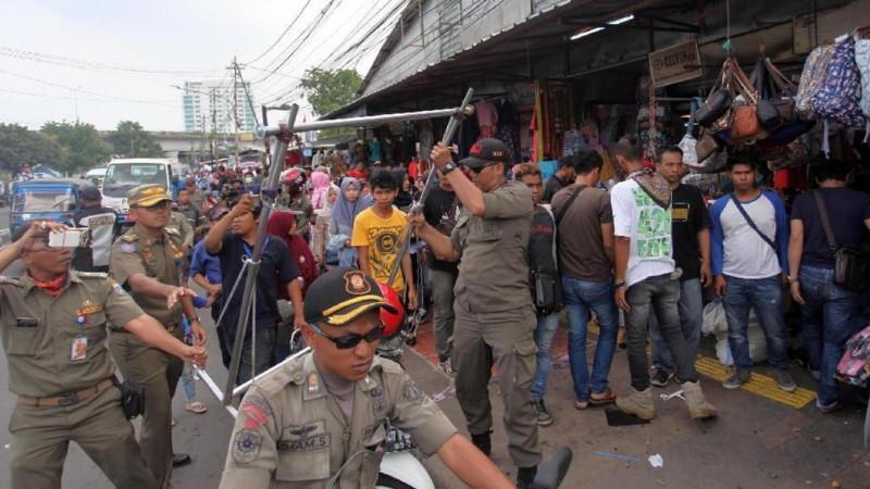 Petugas Satpol PP merazia PKL di Tanah Abang