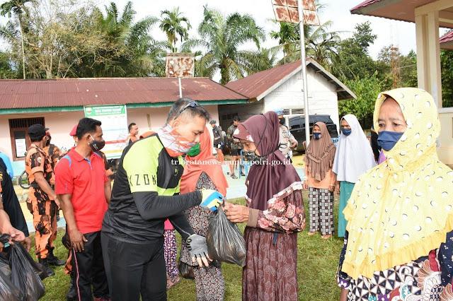 Peduli Korban Wabah Covid-19, Kapolda Salurkan Bantuan ke Warga Desa Tanjung Katung