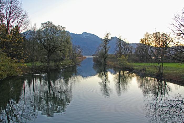 Blick auf die Berge von der Brücke über die Loisach am Kochelsee