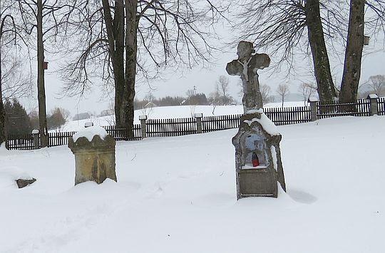 Stare krzyże przy cerkwi.