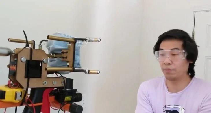Inventó un dispositivo que dispara cubrebocas al rostro de la gente que no quiere usarlo