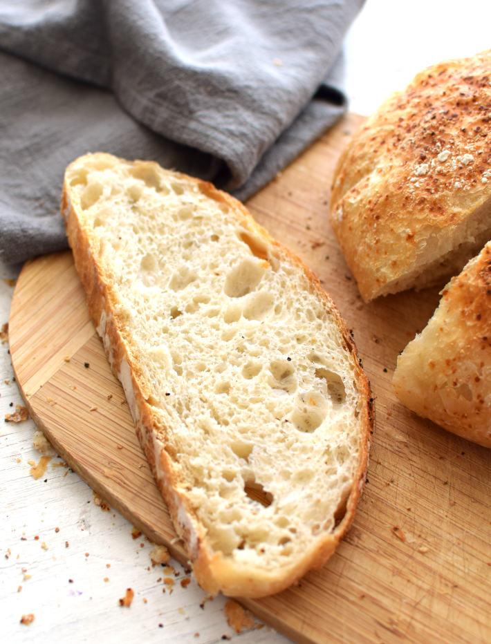 Rebanada de pan hecho en casa con el método de no amasado