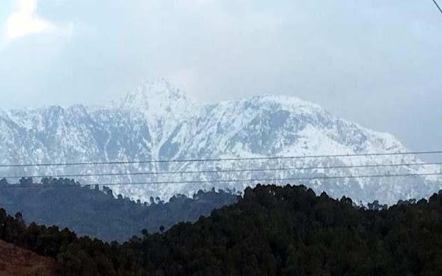 हिमाचल : अप्रैल माह में पहाड़ों ने ओढ़ी बर्फ की सफेद चादर, तापमान में गिरावट