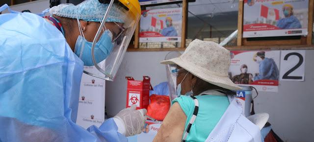 Las personas de edad avanzada comenzaron a recibir las vacunas COVID-19 en Lima, Perú, a finales de marzo de 2021.UNICEF/Jose Vilca