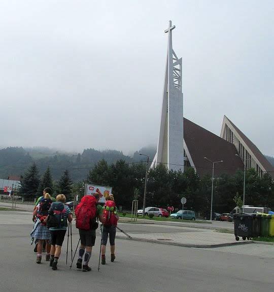 Przed kościołem Dobrego Pasterza w Krościenku nad Dunajcem.