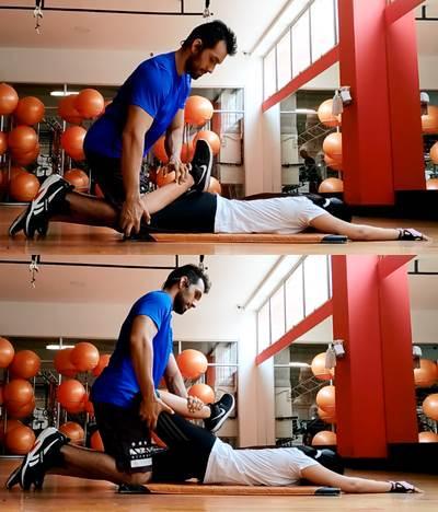 Ejercicio en parejas para estirar los músculos flexores de cadera