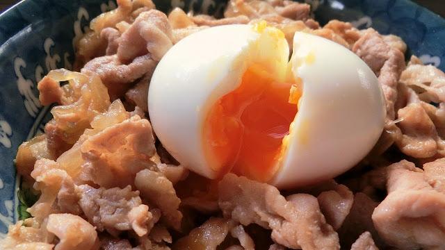 卵は半熟卵につくり、少量の氷水に浸しておきます。 半熟卵の作り方は「とろとろ半熟卵の作り方・沸騰してからの失敗しないベストな茹で時間」を参考にしてください。