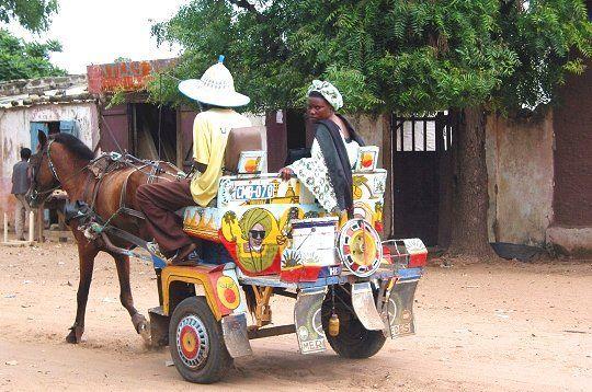 La charrette, le partenaire des Sénégalais de tous les jours : Culture, histoire, charrette, cheval, animal, travaux, chantiers, transport, urbain, rural, activités, économique, LEUKSENEGAL, Dakar, Sénégal, Afrique