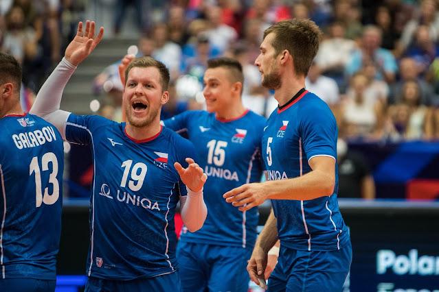 Equipe da República Tcheca comemora após um ponto. Os jogadores vestem uniforme todo azul e se abraçam