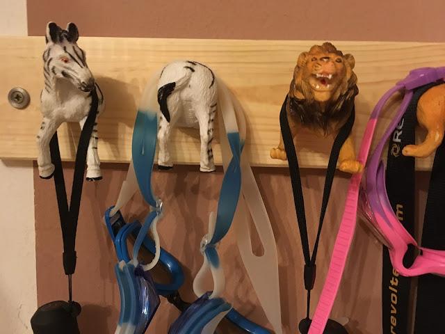Hakenleiste aus Spielzeugtieren