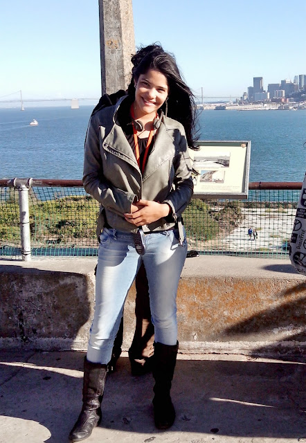 mulher em frente ao mar