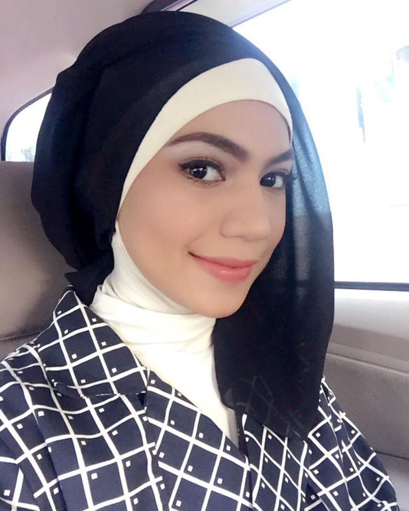 Bibir seksi dna hot manis Indah Nevertari