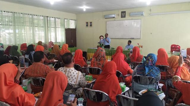 Pendongeng nasional kelas dunia, Kak Agus DS, Master of Storyteller menularkan semangat literasi kepada Para Guru