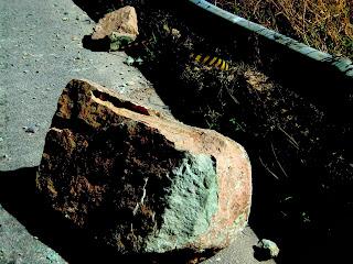 Pedaço de Rocha que Deslizou em Meio  à Estrada da Serra do Rio do Rastro