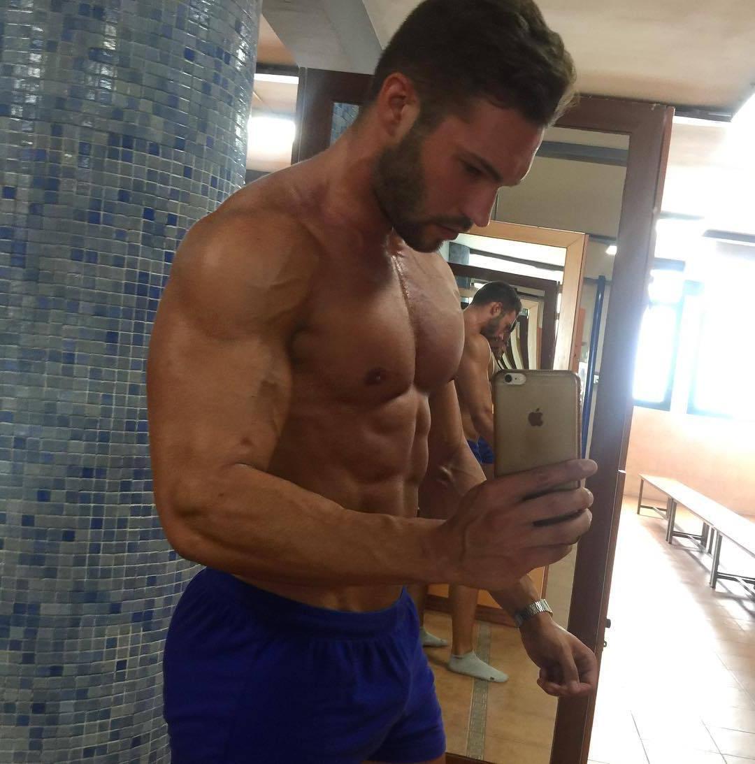 shirtless-beefy-arnau-serra-hunk-selfie-pictures