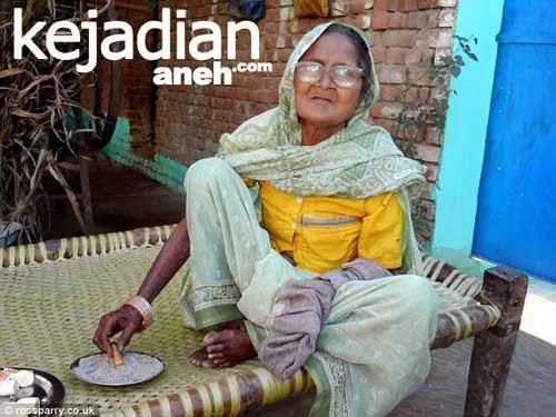 Nenek India Makan Pasir
