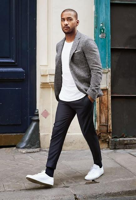 Look masculino costume com Tênis Branco