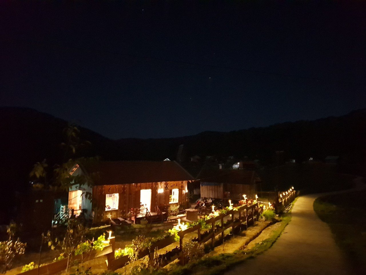 Đêm xuống, làng homestay Kon Pring lung linh