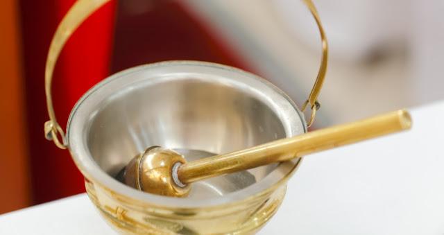 Hướng dẫn tự chế tạo nước Thánh trừ tà, mang lại may mắn