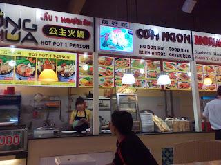Praça de alimentação na cidade de Ho Chi Minh City. Vietnã