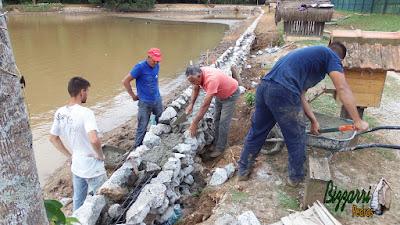 Bizzarri, da Bizzarri Pedras, ajudando na concretagem das vigas no muro de pedra em volta do lago em Cotia-SP. 23 de maio de 2017.