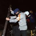 Personel Tim SAR Brimob Kompi 3 Batalyon B. Bantu Warga Korban Banjir