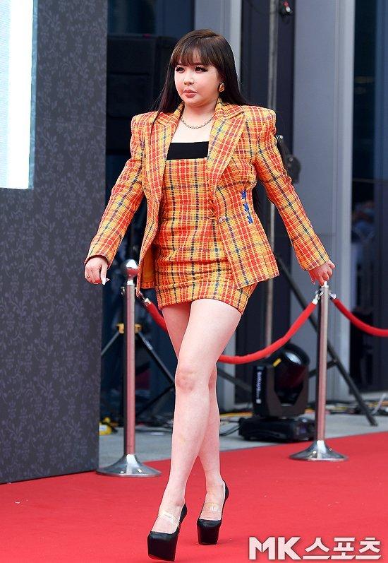 Park Bom '56. Grand Bell Ödülleri' kırmızı halısında