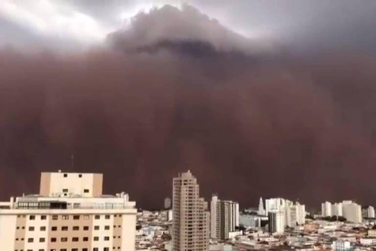 Tempestade de poeira assusta moradores no interior de São Paulo