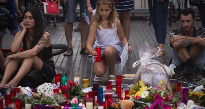Policía española busca a sospechosos del ataque en Barcelona