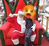 """""""Papai Noel"""" é flagrado supostamente excitado com criança no colo"""