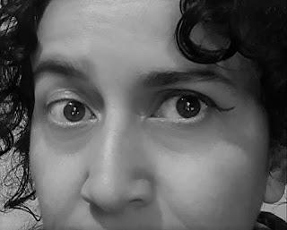 foto da escritora B. Pellizzer com um olho delineado e outro sem maquiagem
