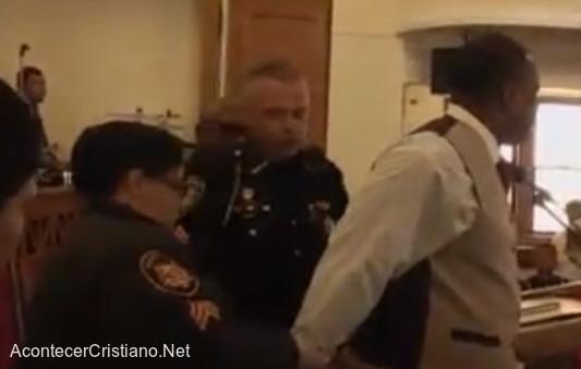 Pastor arrestado en iglesia por su fe
