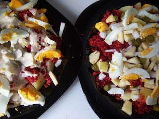 Ensalada templada de otoño de raíces: con patata, zanahoria, remolacha, cebolla, pepinillos en vinagre y huevo cocido