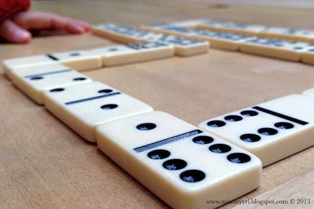 Viisivuotias voitti äidin dominopelissä - Five year old won her mother in a domino game