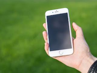membersihkan-casing-smartphone-putih.jpg