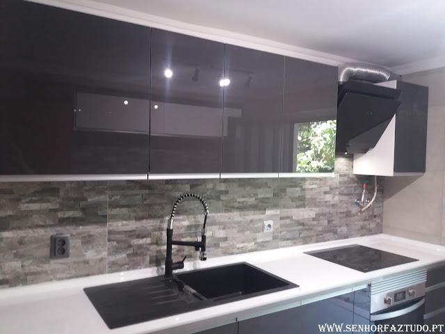 Executamos a remodelação completa da sua cozinha desde a canalização, electricidade, colocação de revestimento cerâmico até à instalação dos móveis.  Se chegou a altura de remodelar a sua cozinha contacte-nos sem qualquer compromisso .