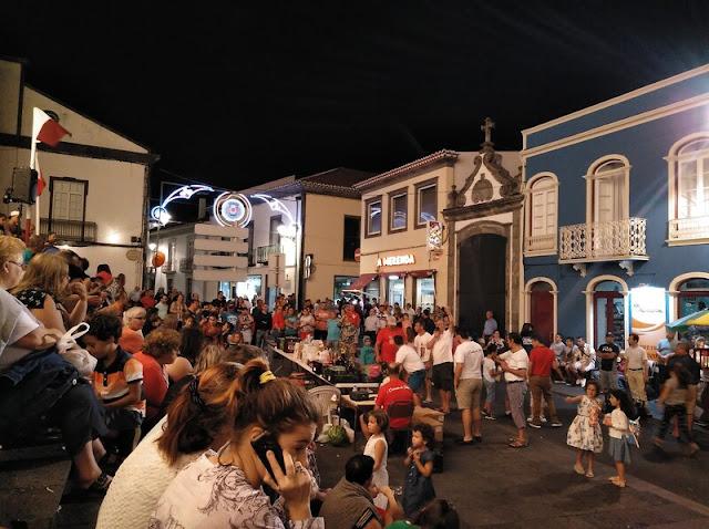 Celebración a las puertas de la Iglesia de Nuestra Señora de la Concepción en las fiestas de Agosto en Ribeira Grande en Azores