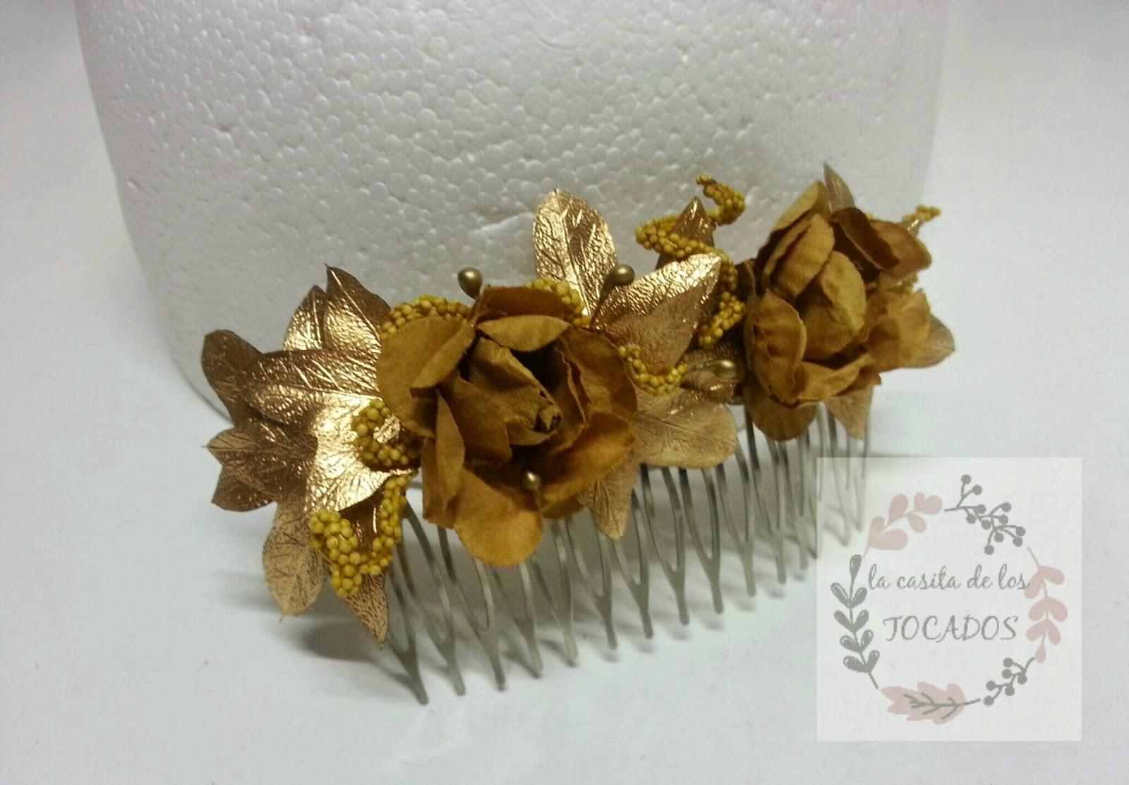 peineta para boda decorada con flores pequeñas, hojas y pistilos perlados en colo dorado estilo griego