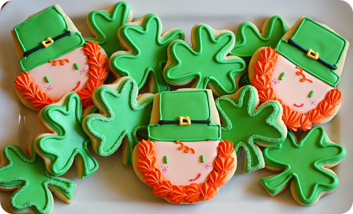 leprechaun cookies for St. Patrick's Day or University of Notre Dame: full tutorial on bakeat350.net