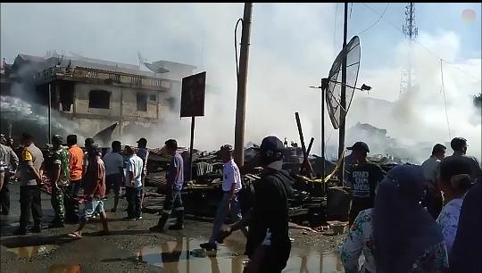Warga menyakdikan kebakaran yang hanguskan 25 ruko di Batangtoru.
