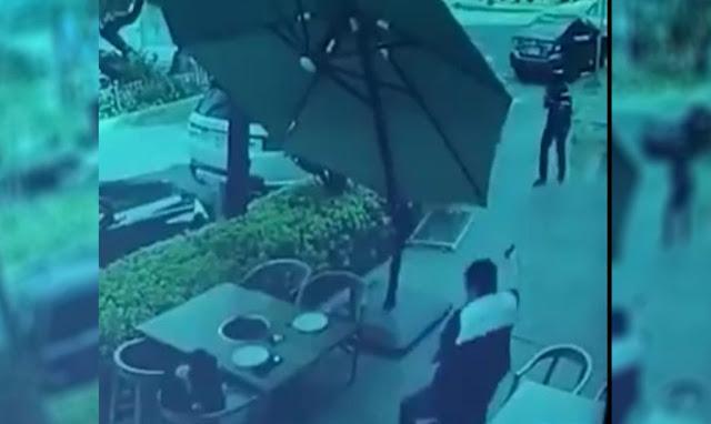 """Video: Legaron bien """"liones"""" con la fusca por delante asaltar a pareja, no tenían ni idea que una de las victimas venia armado y les da de comer plomo"""